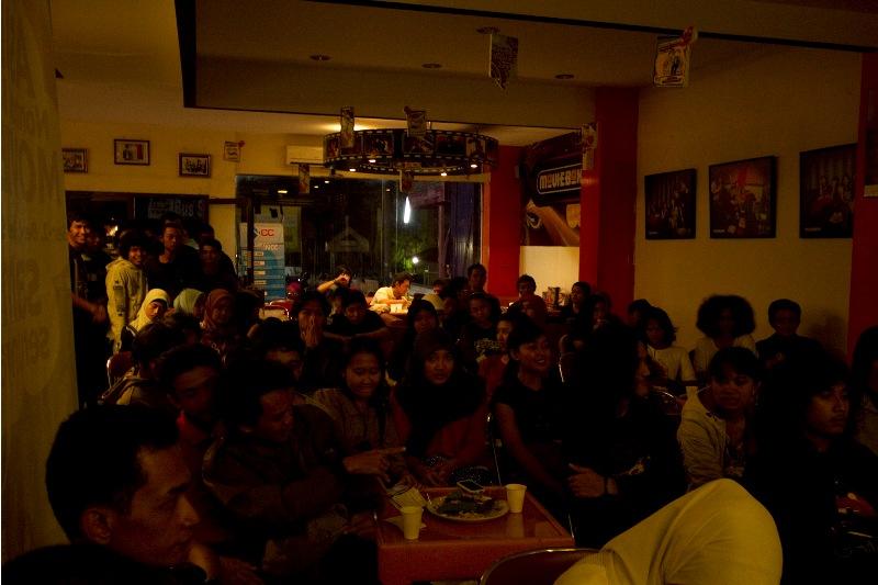 Membludak. Setting ruangan Moviebox Seturan pun tak mampu untuk menampung semua peserta yang hampir 70 orang yang tercatat.