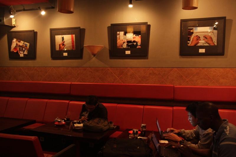 Sederhana. vito kafe yang berukuran kurang lebih 6 x 6 meter ini, memamerkan 9 karya dari dua fotografer muda Wicak Baskoro dan Danu Saputra sudah ada sejak 5 Mei 2011.