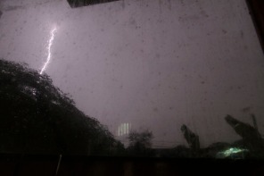 foto ini diambil dari dalam kamar, jadi bayangan tetesan air jatuh pada kaca jendela kamar.