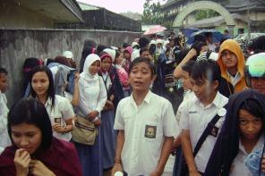 Menunggu diluar sekolah saat pengunguman kelulusan SMA tahun 2007, kondisi hujan-hujanan teman-teman diluar. Dan saya tidak melindungi kamera poket saya, hanya menutupi atasnya dengan topi.