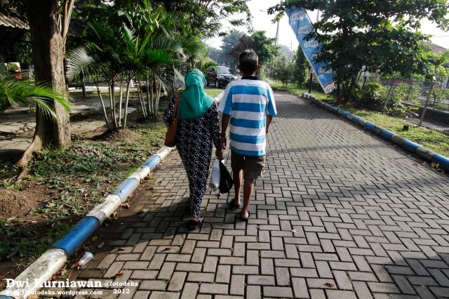 Berjalan bersama ayah-ibu